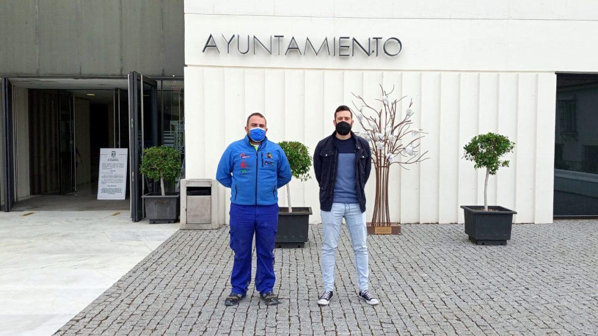 Manuel Campos y Antonio Marín en el Ayuntamiento de Pizarra.