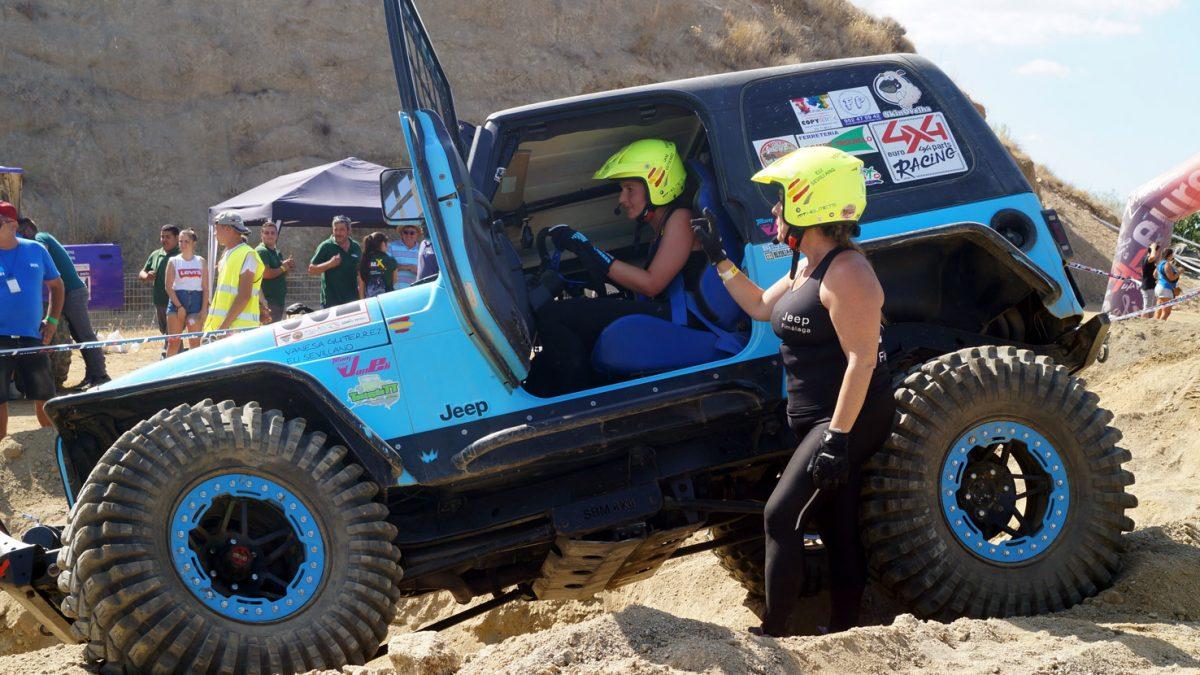 Vanesa Gutiérrez y Elisabeth Sevillano, del equipo VanEli 4x4, en una zona trialera.