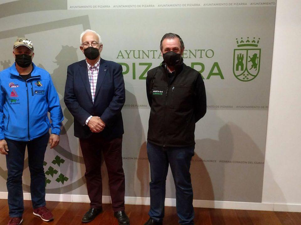 De izquierda a derecha, Juan Millán, Club Deportivo Team Zapatito 4x4, Manuel Alonso, presidente Federación Andaluza de Automovilismo, y Alejandro Triviño, responsable de Prensa Motor Agencia.